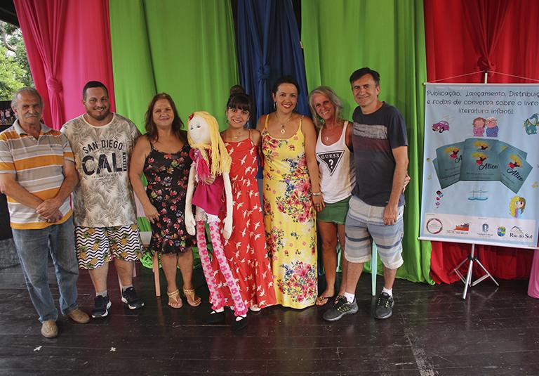 Aluna realiza lançamento do livro de literatura infantojuvenil
